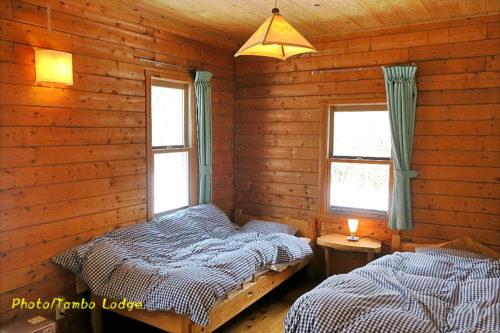 無垢の木をふんだんに使った手作りベッドの寝室