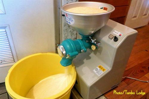 自家製粉の米粉挽き