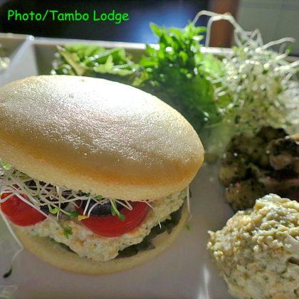 ヴィーガンシーフード入り米粉のハンバーガー
