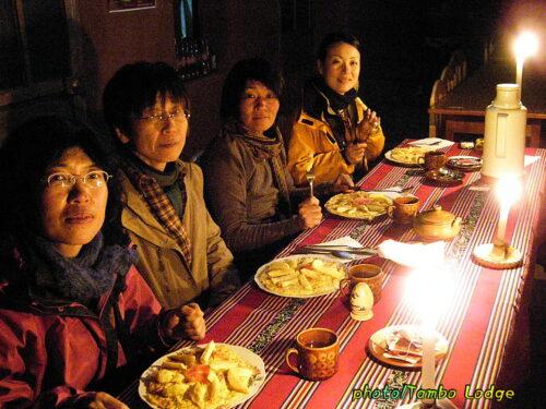 タキーレ島の民宿での夕食風景