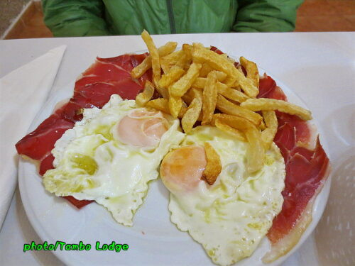 LedigosのアルベルゲのBARで夕食を