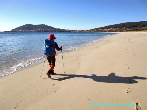 岬の手前の砂浜を歩く