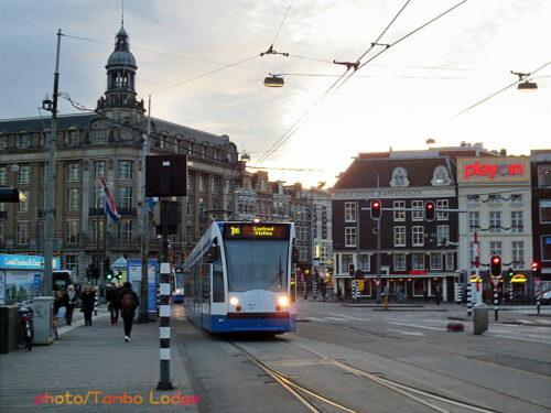空港から電車に乗って、アムステルダム中央駅へ